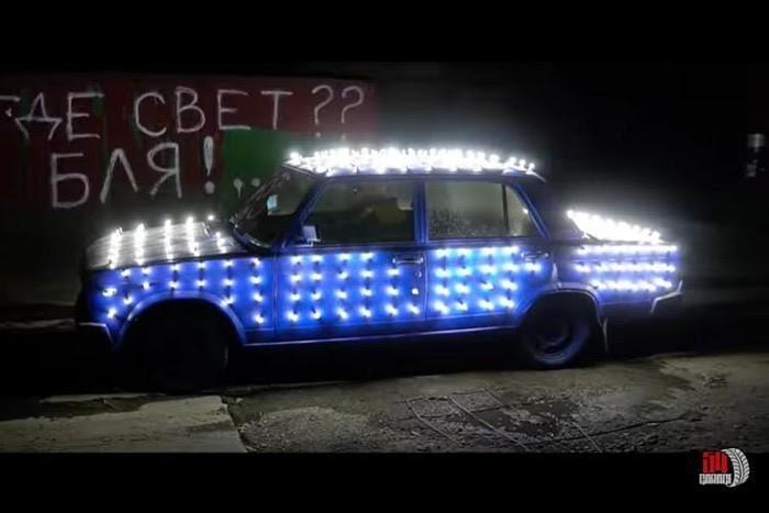 Xe cỏ gắn 300 bóng đèn LED xuyên thủng màn đêm - ảnh 1