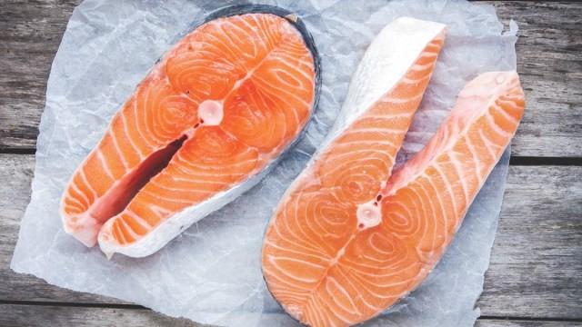 Sự khác biệt giữa thịt cá hồi đánh bắt tự nhiên và cá hồi nuôi - ảnh 1