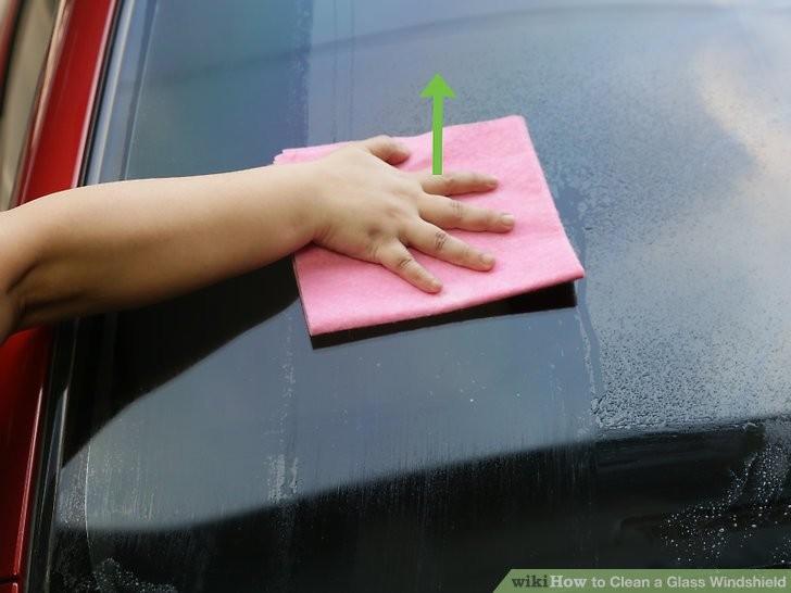 Cách làm sạch kính chắn gió ô tô để chuẩn bị đi chơi lễ  - ảnh 3