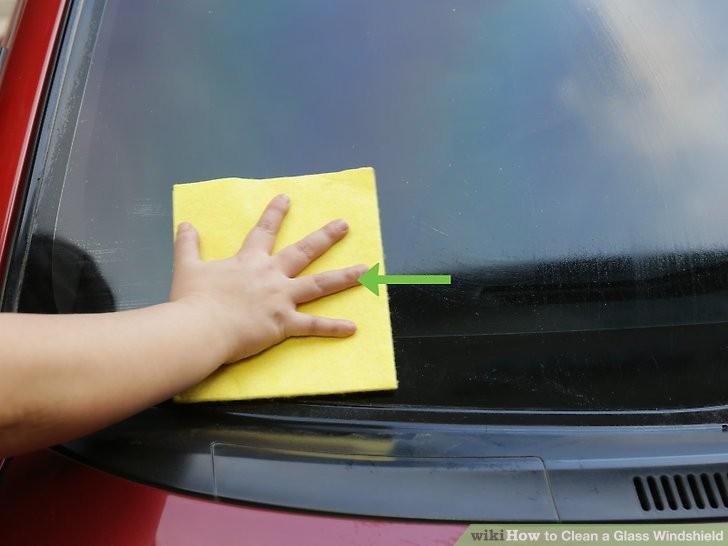Cách làm sạch kính chắn gió ô tô để chuẩn bị đi chơi lễ  - ảnh 4