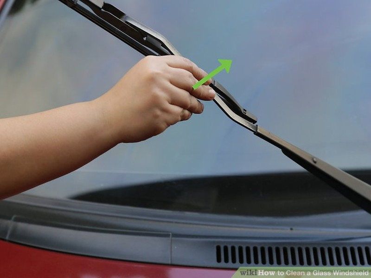 Cách làm sạch kính chắn gió ô tô để chuẩn bị đi chơi lễ  - ảnh 1
