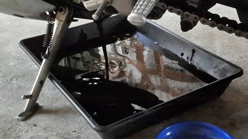 Cách thay nhớt xe máy tại nhà trong mùa dịch COVID-19  - ảnh 1