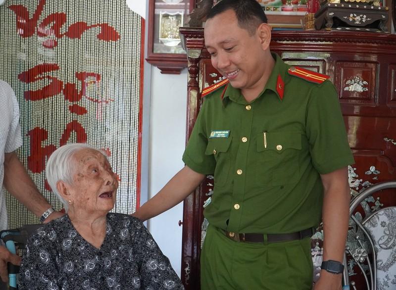 Công an quận Tân Bình thăm, tặng quà cho Mẹ VNAH ở Vĩnh Long - ảnh 3