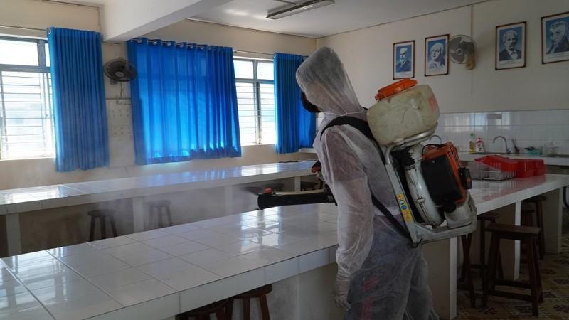 Chùm ảnh: Khử khuẩn lớp học đón học sinh trở lại trường - ảnh 11