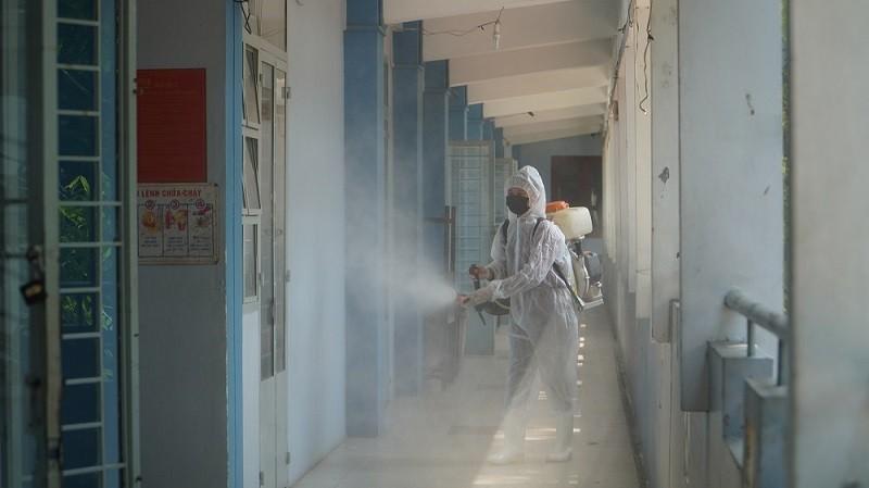 Chùm ảnh: Khử khuẩn lớp học đón học sinh trở lại trường - ảnh 7
