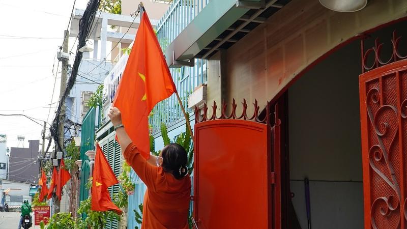 Nhiều đường ở TP.HCM rực rỡ cờ Tổ quốc mừng lễ Quốc khánh - ảnh 4