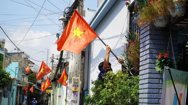 Nhiều đường ở TP.HCM rực rỡ cờ Tổ quốc mừng lễ Quốc khánh - ảnh 6