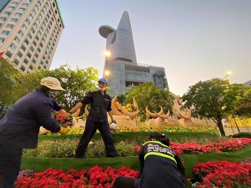 Cận cảnh công nhân dọn dẹp đường hoa Nguyễn Huệ - ảnh 9
