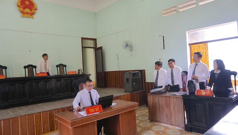 Chủ tọa bị luật sư 'vịn' lại để cùng họp với chánh án - ảnh 1