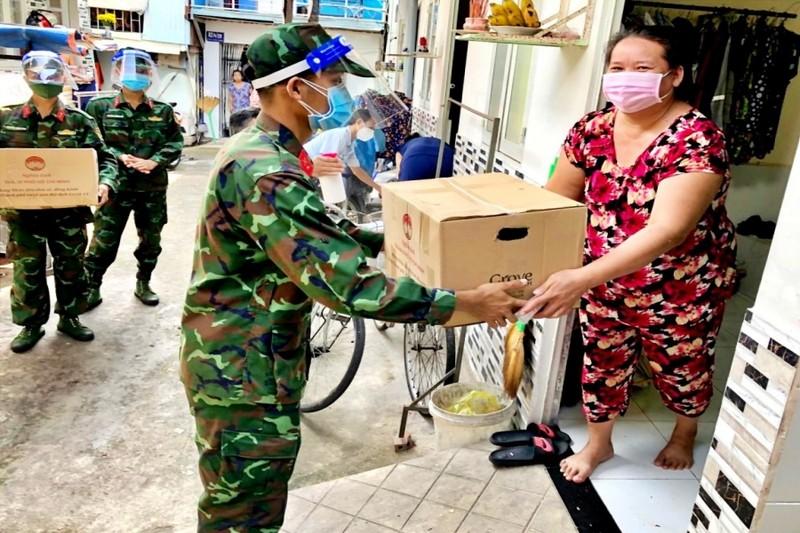 TP.HCM: Bộ đội cùng cán bộ phường xã đi chợ hộ, trao quà tận nhà cho người dân - ảnh 6