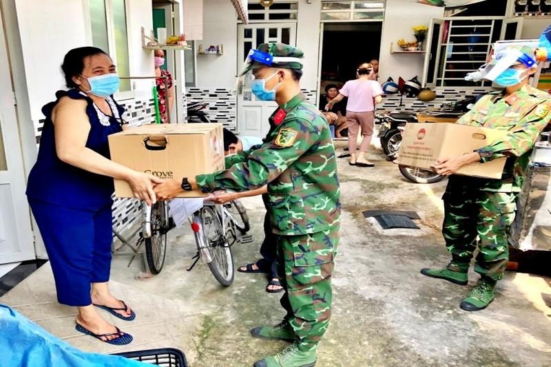 TP.HCM: Bộ đội cùng cán bộ phường xã đi chợ hộ, trao quà tận nhà cho người dân - ảnh 1