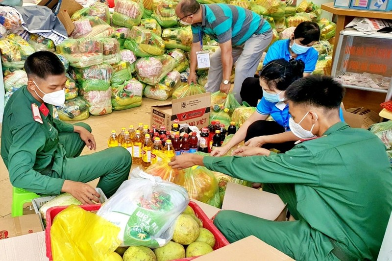 TP.HCM: Bộ đội cùng cán bộ phường xã đi chợ hộ, trao quà tận nhà cho người dân - ảnh 5