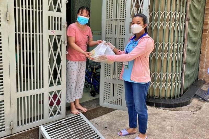 TP.HCM: Bộ đội cùng cán bộ phường xã đi chợ hộ, trao quà tận nhà cho người dân - ảnh 3