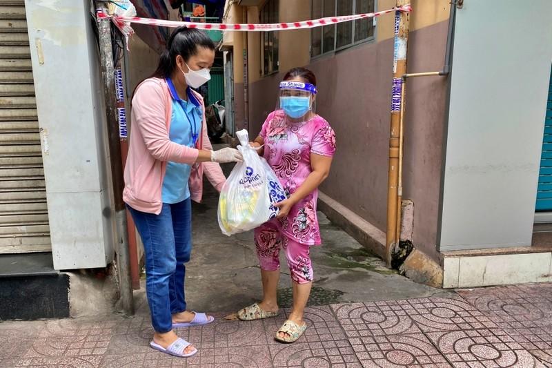 TP.HCM: Bộ đội cùng cán bộ phường xã đi chợ hộ, trao quà tận nhà cho người dân - ảnh 4