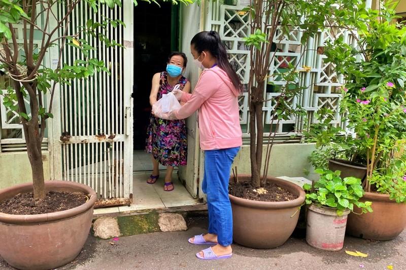 TP.HCM: Bộ đội cùng cán bộ phường xã đi chợ hộ, trao quà tận nhà cho người dân - ảnh 2