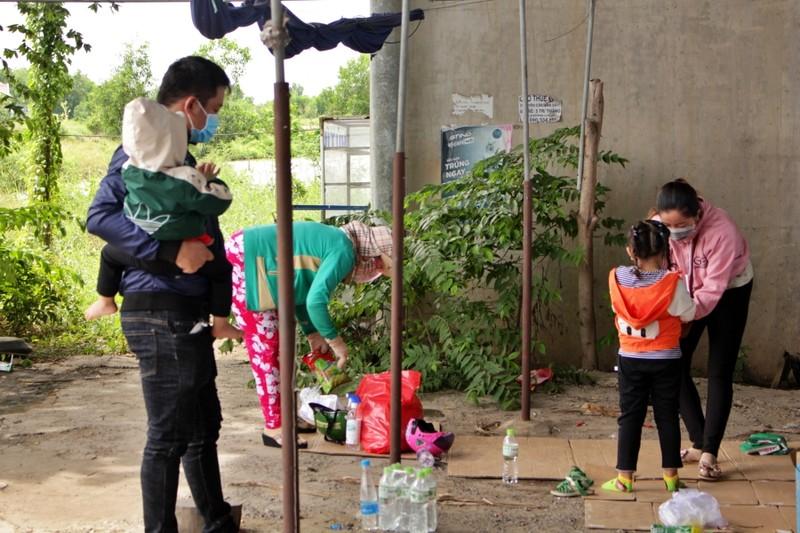 Bữa ăn tạm của những đứa trẻ trên đường về quê tránh dịch - ảnh 12