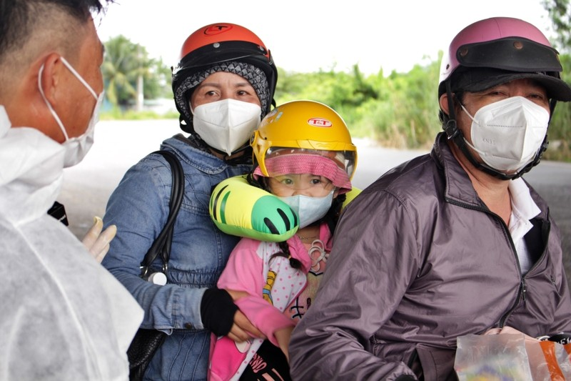 Bữa ăn tạm của những đứa trẻ trên đường về quê tránh dịch - ảnh 1