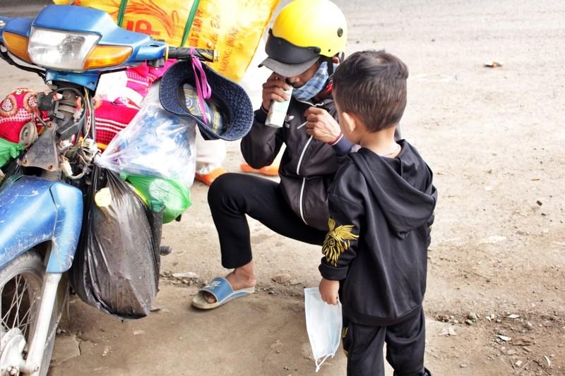 Bữa ăn tạm của những đứa trẻ trên đường về quê tránh dịch - ảnh 3