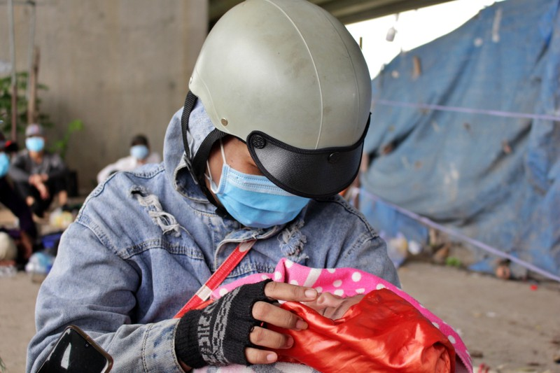 Bữa ăn tạm của những đứa trẻ trên đường về quê tránh dịch - ảnh 5
