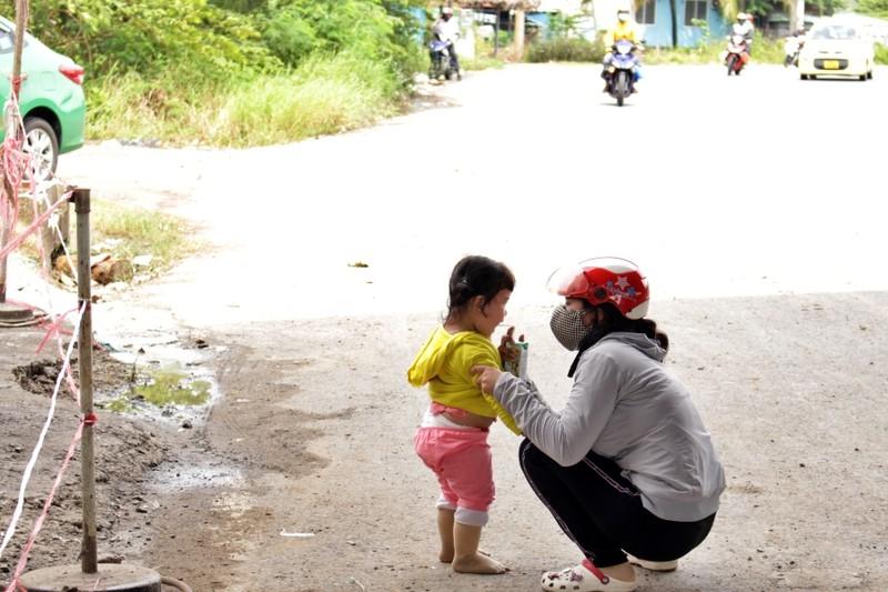Bữa ăn tạm của những đứa trẻ trên đường về quê tránh dịch - ảnh 6