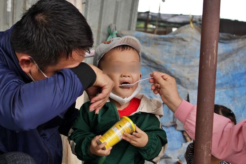 Bữa ăn tạm của những đứa trẻ trên đường về quê tránh dịch - ảnh 10