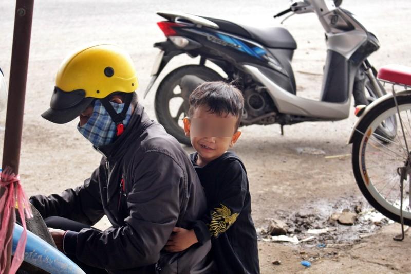 Bữa ăn tạm của những đứa trẻ trên đường về quê tránh dịch - ảnh 2