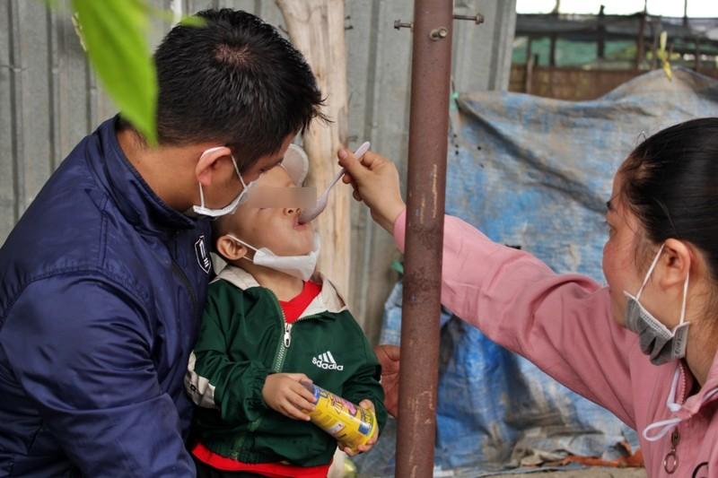 Bữa ăn tạm của những đứa trẻ trên đường về quê tránh dịch - ảnh 8