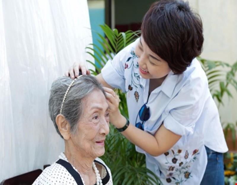 Một cụ bà tại Viện dưỡng lão Thị Nghè đang được trang điểm trước khi trình diễn thời trang.