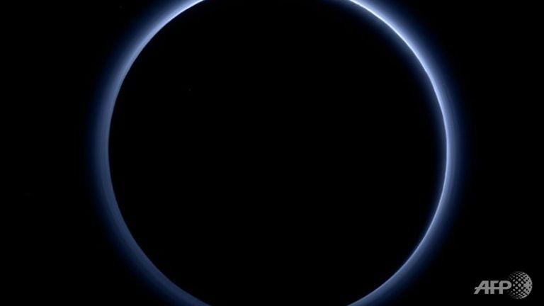 """NASA công bố Sao Diêm Vương có """"bầu trời xanh"""" và nước dạng băng - ảnh 1"""