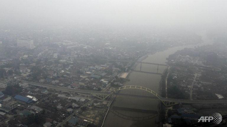Trực thăng Indonesia chở năm người mất tích - ảnh 1