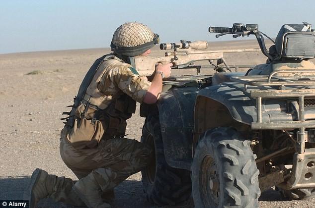 Siêu xạ thủ Anh bắn 'xuyên táo' 2 tên khủng bố IS - ảnh 1