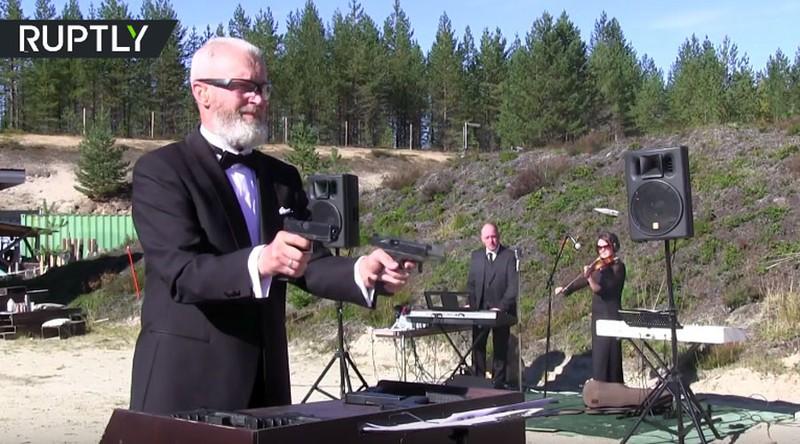 xạ thủ Nga chơi nhạc bằng súng