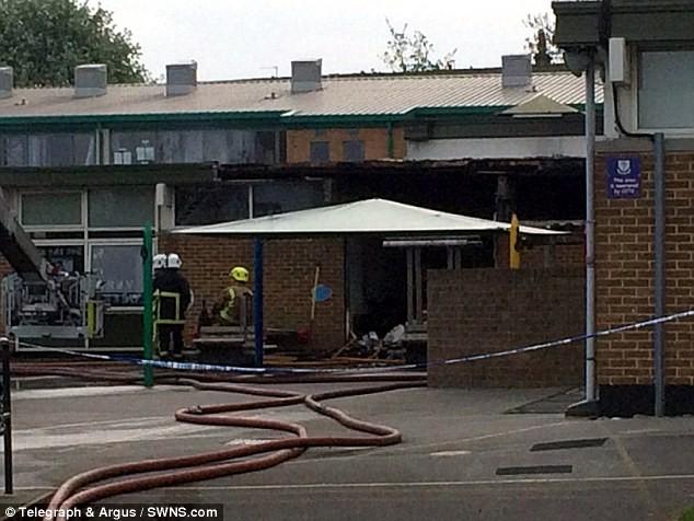 học sinh 11 tuổi đốt trường ở Anh