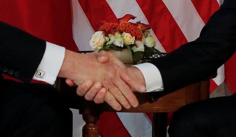 Ông Trump và Tổng thống Pháp 'nghiến răng' bắt tay - ảnh 1