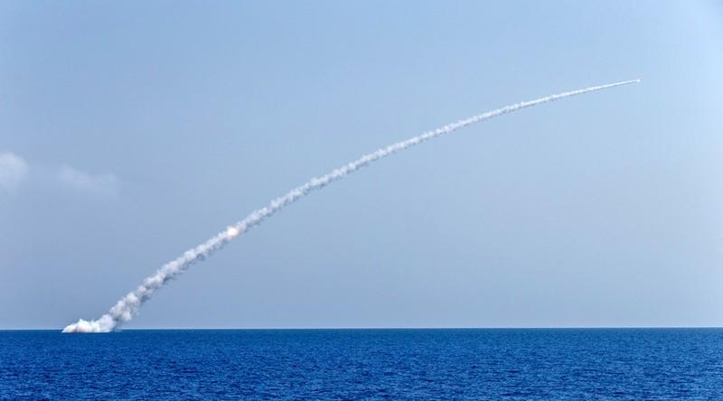 Tàu ngầm Nga phóng 10 tên lửa Kalibr, IS nhận quả đắng - ảnh 1