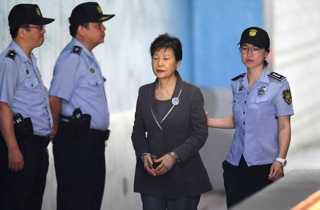 Luật sư bà Park nghỉ đồng loạt, Hàn Quốc hoãn xét xử - ảnh 1