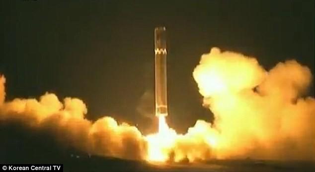 Triều Tiên sẽ duyệt binh với hàng trăm tên lửa? - ảnh 1