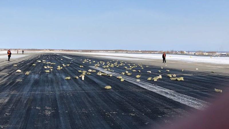 Máy bay Nga bung cửa, 3,4 tấn vàng rơi khắp đường băng - ảnh 1
