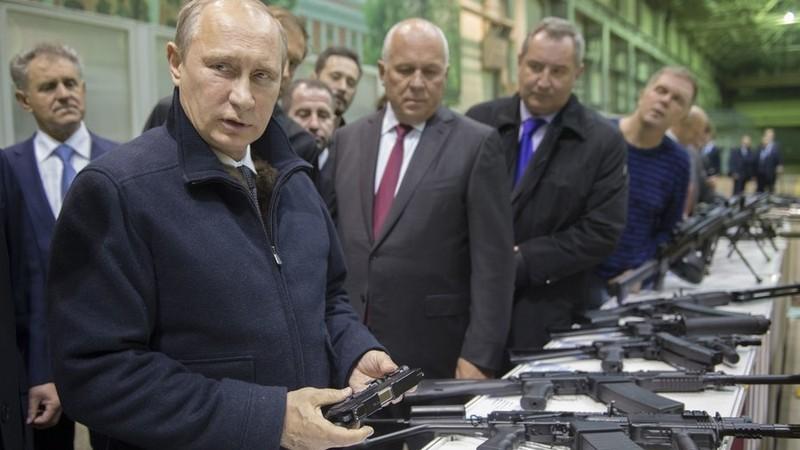 Ông Putin từng phải mang súng khi ngủ - ảnh 1