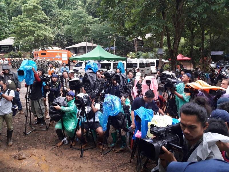 Giải cứu đội bóng nhí Thái Lan và khuyến cáo cho báo chí - ảnh 1
