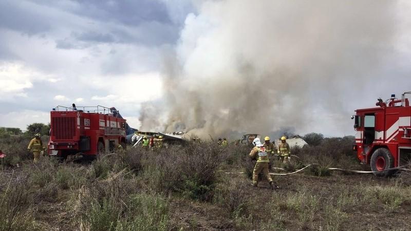 Máy bay Mexico rơi do mưa lớn, 80 người bị thương - ảnh 1