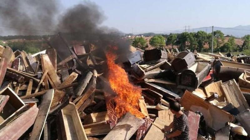 Đập quan tài buộc người dân hỏa táng gây phẫn nộ ở Trung Quốc  - ảnh 1