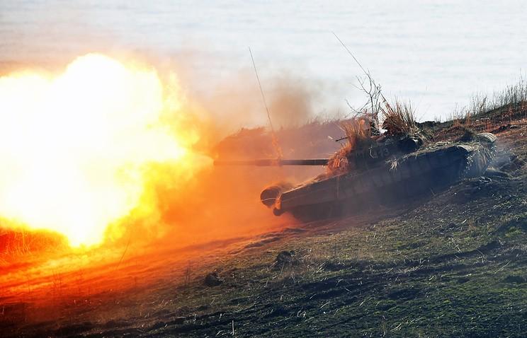 Xe tăng Nga lần đầu diễn tập bắn các mục tiêu trên biển - ảnh 1