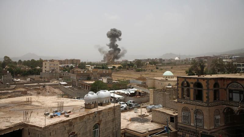 Xe buýt trúng không kích của Saudi, hàng chục trẻ em chết - ảnh 1