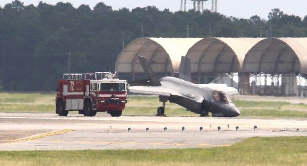 Siêu tiêm kích F-35 Mỹ gãy càng, cắm mũi xuống đường băng - ảnh 1