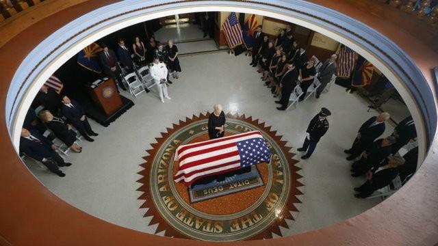 Vợ nghị sĩ McCain hôn lên linh cữu của chồng - ảnh 1