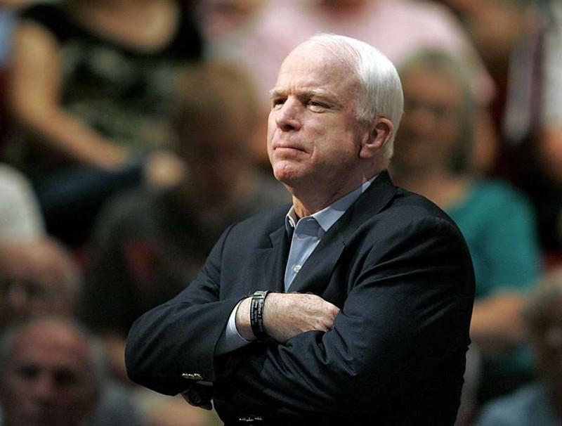 Vợ nghị sĩ McCain hôn lên linh cữu của chồng - ảnh 4