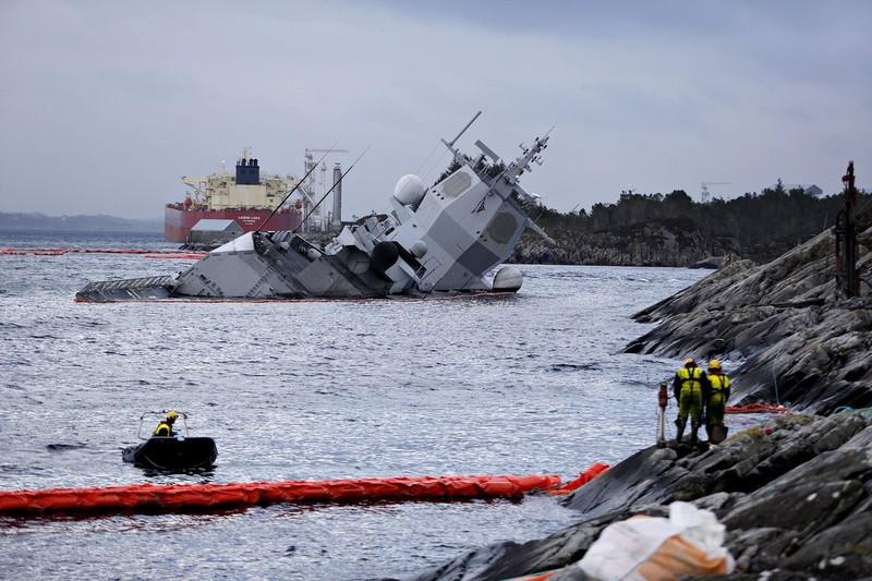 Na Uy bất lực nhìn tàu chiến chìm dần sau va chạm tàu chở dầu - ảnh 1