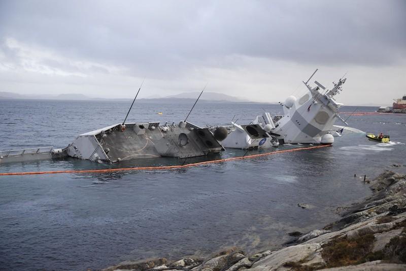 Na Uy bất lực nhìn tàu chiến chìm dần sau va chạm tàu chở dầu - ảnh 6