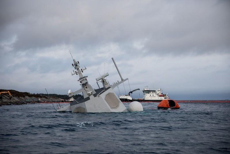 Na Uy bất lực nhìn tàu chiến chìm dần sau va chạm tàu chở dầu - ảnh 5